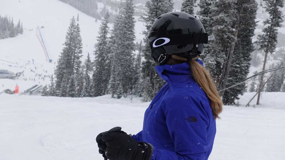 What to wear when going skiing for the first time - helmet