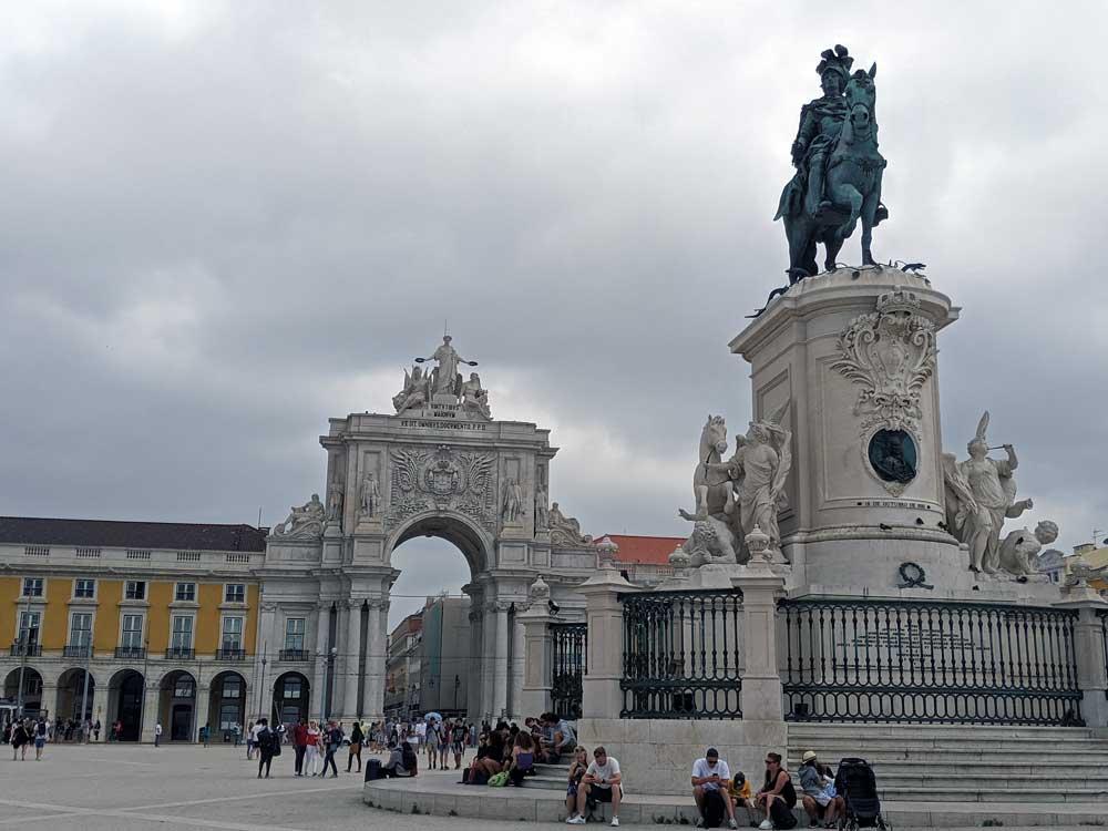 Praca do Comercio square and statue