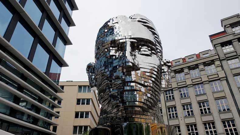 turning head statue in Prague
