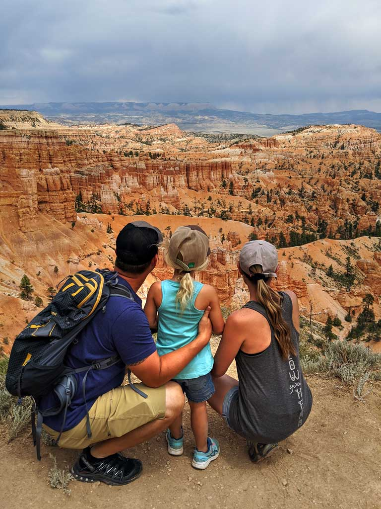 family looking over the edge of Bryce National Park